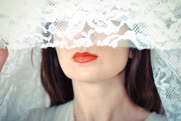 目を隠した人妻
