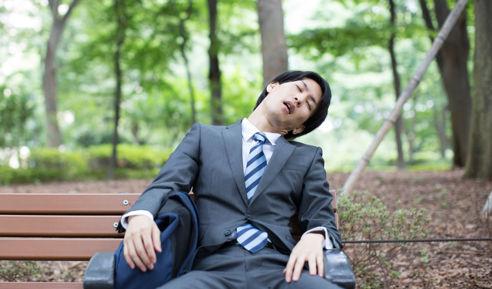 疲れ果てたスーツ姿の男性