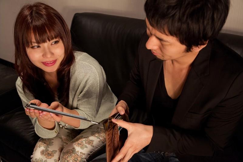交渉する女性と財布を出す男性