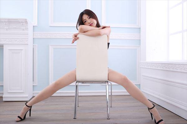 大股を広げて挑発的なポーズを取る女性