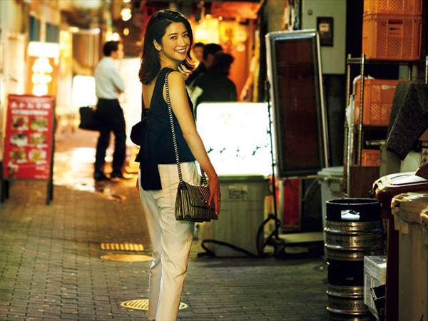 飲み屋街に佇む女性