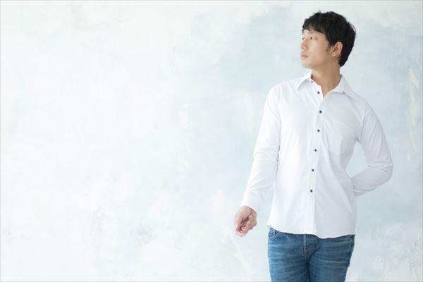 白いシャツの清潔感のある男性