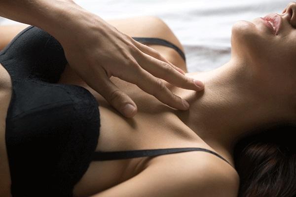 セクシーな女性の胸元
